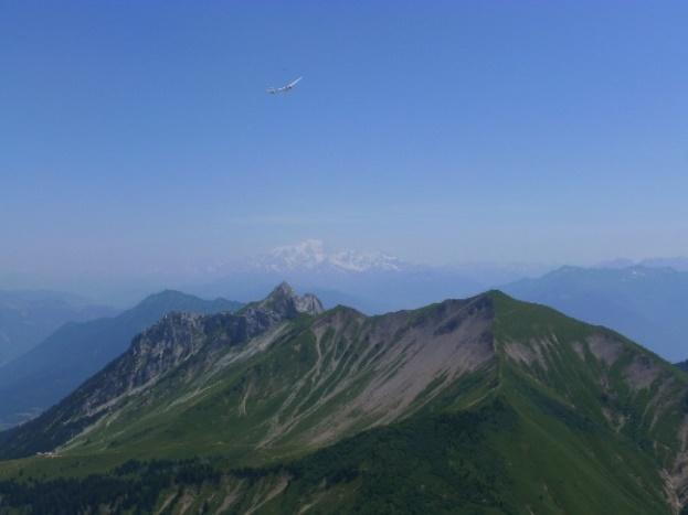 avec le Mont Blanc au loin et un planueur qui nous fait coucou en bonus