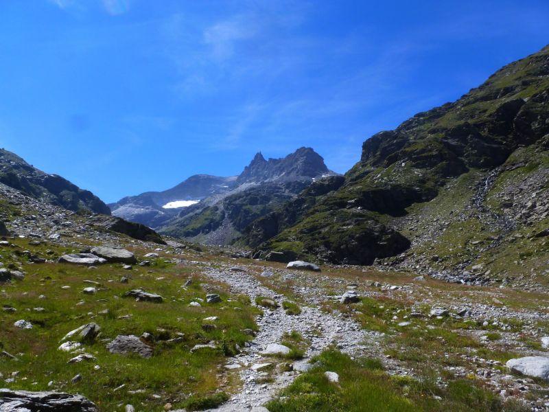 Vue depuis le refuge sur la pointe d'Ambin (sommet arrondi) et le grand Cordonnier (la pointe).