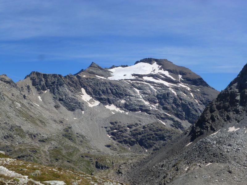 la pointe Niblé (sommet pointu à gauche : 3345 m) et la pointe Ferrand (3365 m)