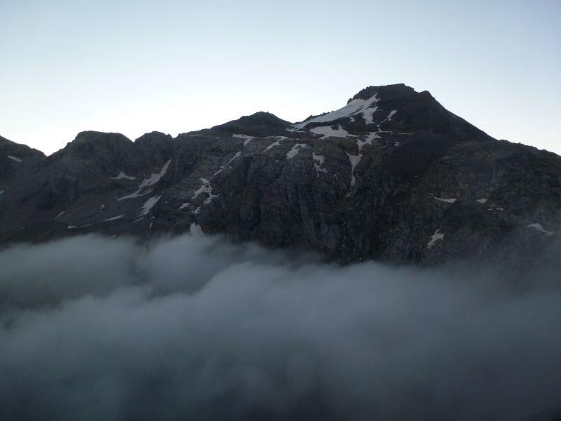le lac d'Ambin se situe sous une mer de nuage et la pointe Ferrand est en ligne de mire.